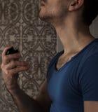 Hombre con perfume Foto de archivo libre de regalías