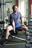 Hombre con pesa de gimnasia Foto de archivo libre de regalías