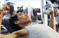 Hombre con pesa de gimnasia Foto de archivo