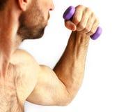 Hombre con pesas de gimnasia imagen de archivo