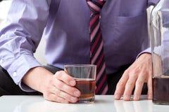 Hombre con problema del alcohol imagen de archivo
