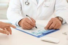 Hombre con problemas de salud que visita al urólogo fotos de archivo