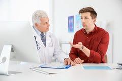 Hombre con problemas de salud que visita al urólogo fotografía de archivo libre de regalías