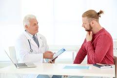 Hombre con problemas de salud que visita al urólogo foto de archivo libre de regalías