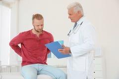 Hombre con problemas de salud que visita al urólogo imágenes de archivo libres de regalías