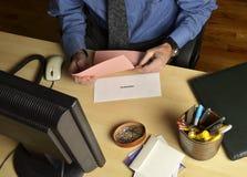 Hombre con resbalón rosado fotografía de archivo libre de regalías