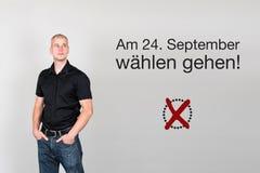 Hombre con súplica alemana al voto en la elección federal alemana 2017 Foto de archivo libre de regalías