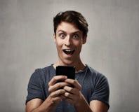 Hombre con smartphone Imagen de archivo libre de regalías