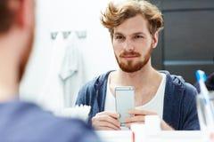 Hombre con smartphone Fotos de archivo