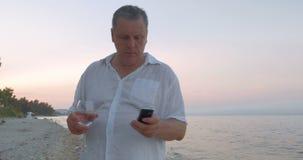 Hombre con Smartphone el día de fiesta almacen de metraje de vídeo