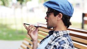 Hombre con smartphone que invita a la calle 50 de la ciudad metrajes