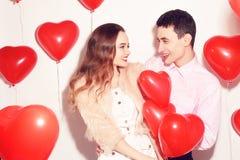 Hombre con su beso precioso de la muchacha del amor en el día de San Valentín del amante Valentine Couple Junte el beso y el abra imagenes de archivo