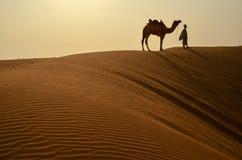 Hombre con su camello Fotografía de archivo libre de regalías