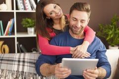 Hombre con su esposa en casa Imágenes de archivo libres de regalías
