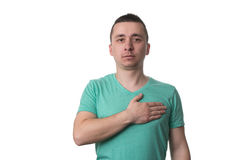 Hombre con su mano en el corazón que toma juramento foto de archivo libre de regalías