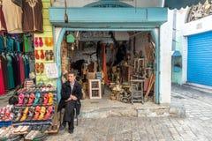 Hombre con su tienda Fotos de archivo
