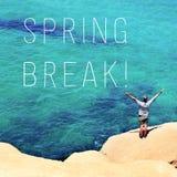 Hombre con sus brazos en las vacaciones de primavera del aire y del texto Imagen de archivo libre de regalías