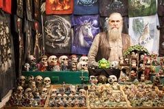 Hombre con sus cráneos en Cartoomics 2014 Imagen de archivo