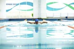 Hombre con técnica de la natación de la mariposa Foto de archivo libre de regalías
