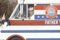 Hombre con tío Sam Mask Driving Truck, St. Louis, Missouri Imagenes de archivo