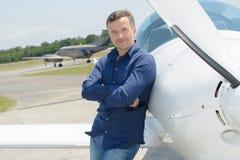 Hombre con un aeroplano fotografía de archivo libre de regalías