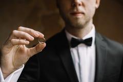Hombre con un anillo de bodas foto de archivo