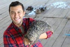 Hombre con un animal doméstico muy peculiar foto de archivo libre de regalías