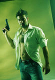 Hombre con un arma fotografía de archivo