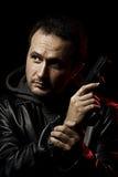 Hombre con un arma listo para tirar Imagen de archivo libre de regalías