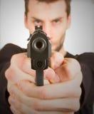 Hombre con un arma listo para tirar Fotos de archivo libres de regalías