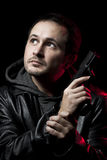 Hombre con un arma y vestido en cuero negro Fotografía de archivo libre de regalías