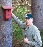 Hombre con un birdhouse imágenes de archivo libres de regalías