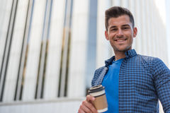 Hombre con un café en la calle Imágenes de archivo libres de regalías