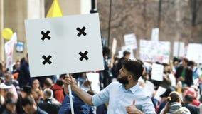 Hombre con un cartel en sus manos en la huelga Reunión de Lgbt de la protesta del homosexual y lesbiana