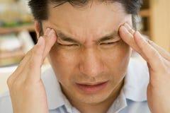 Hombre con un dolor de cabeza Imagen de archivo