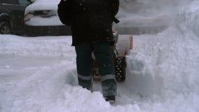 Hombre con un funcionamiento de la máquina de la nieve que sopla almacen de metraje de vídeo
