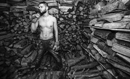 Hombre con un hacha cerca de la acción de la leña Imagenes de archivo