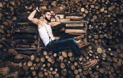 Hombre con un hacha cerca de la acción de la leña Foto de archivo libre de regalías