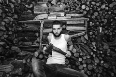 Hombre con un hacha cerca de la acción de la leña Fotografía de archivo libre de regalías