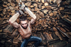 Hombre con un hacha cerca de la acción de la leña Imagen de archivo