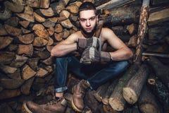 Hombre con un hacha cerca de la acción de la leña Foto de archivo
