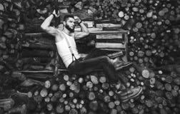 Hombre con un hacha cerca de la acción de la leña Fotos de archivo