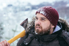 Hombre con un hacha en su hombro Foto de archivo libre de regalías