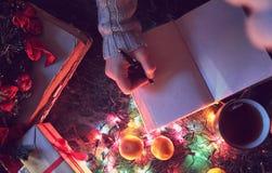 Hombre con un libro en blanco en sus manos para la tabla del ` s del Año Nuevo con Imagen de archivo