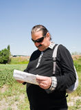 Hombre con un morral Imágenes de archivo libres de regalías