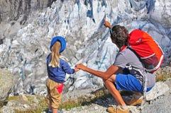 Hombre con un niño en el glaciar Fotografía de archivo libre de regalías