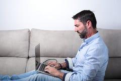Hombre con un ordenador Fotografía de archivo