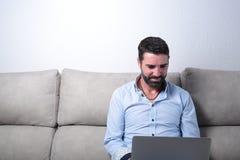 Hombre con un ordenador Imagenes de archivo