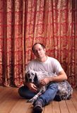 Hombre con un perro Imagen de archivo libre de regalías