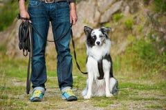 Hombre con un perro del border collie Fotos de archivo
